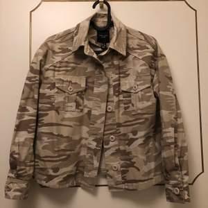 Aldrig använd, militärmönstrad skjortjacka i storlek 34/XS