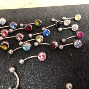Fina navelpiercingar från företaget Laboro. Finns i titan och i kirurgiskt stål. Superfina piercings smycken i bra kvalitet till sjukt billiga priser😊. Hör av er vad just du söker för piercing