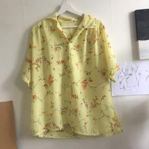 Fin gul vintage skjorta köpt på en marknad i Portugal. Färgen visar sig mest verklighetstrogen på bild 1. Har någon fläck som visas på bild 3, men har inte testat att tvätta den. Köparen står för frakt