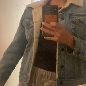 Säljer nu denna Levis jacka i storlek 12(väldigt mycket större än 12 dock) mycket bra skicka då jag använt den ett fåtal gånger. Perfekt höstjacka💞
