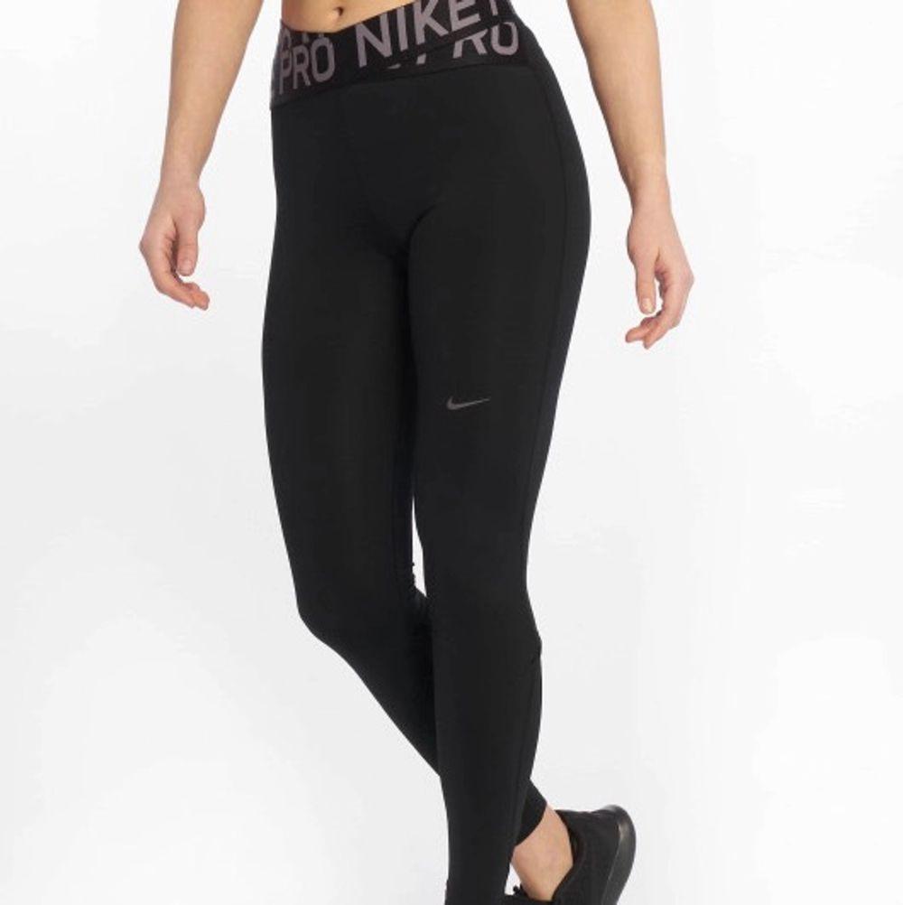 Jättesnygga tights från Nike, av modellen intertwist/crossover. Säljes pga tyvärr blivit för små för mig i midjan (är en storlek S). Sparsamt använda ca 8 gånger, köptes för ca 300kr och jag säljer för 70kr (kan diskuteras). Köparen står för frakt😇. Jeans & Byxor.