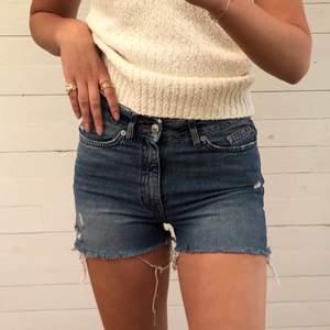 """De perfekta jeans-shortsen. Funkar lika väl för en dag på stan som på stranden. Råa """"kanter"""" på slutet av benen. Bra skick trots slitningarna ;) Hör av er vid intresse! 💙"""