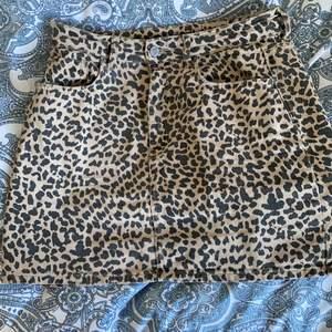 En fin leopard kjol som aldrig kommer till någon användning jätte fin är i lagom lengd jag är 165cm lång så den passar mig väldigt bra både i längd och bredd🥰 har även slitningar på de främre fickorna och på dom backre och dom ska vara där🥰