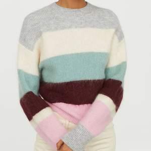 Randig stickad tröja från hm i storlek M, men eftersom jag råkat krympa den en aning i tvätten är den mer som en S/XS.