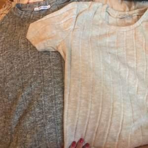 Jättefina tröjor från Zara, endast testade då jag insåg att det inte riktigt är min stil. Båda i storlek S men den krämvita är lite större av någon anledning. Båda är däremot sköna och stretchiga. 80 kr tillsammans eller 50 separat.