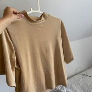 Super fin guldig tröja från Gina! Endast använd en nyårsafton. Storlek xs men passar upp till M. Priset kan diskuteras vid snabb affär, köparen står för frakt.