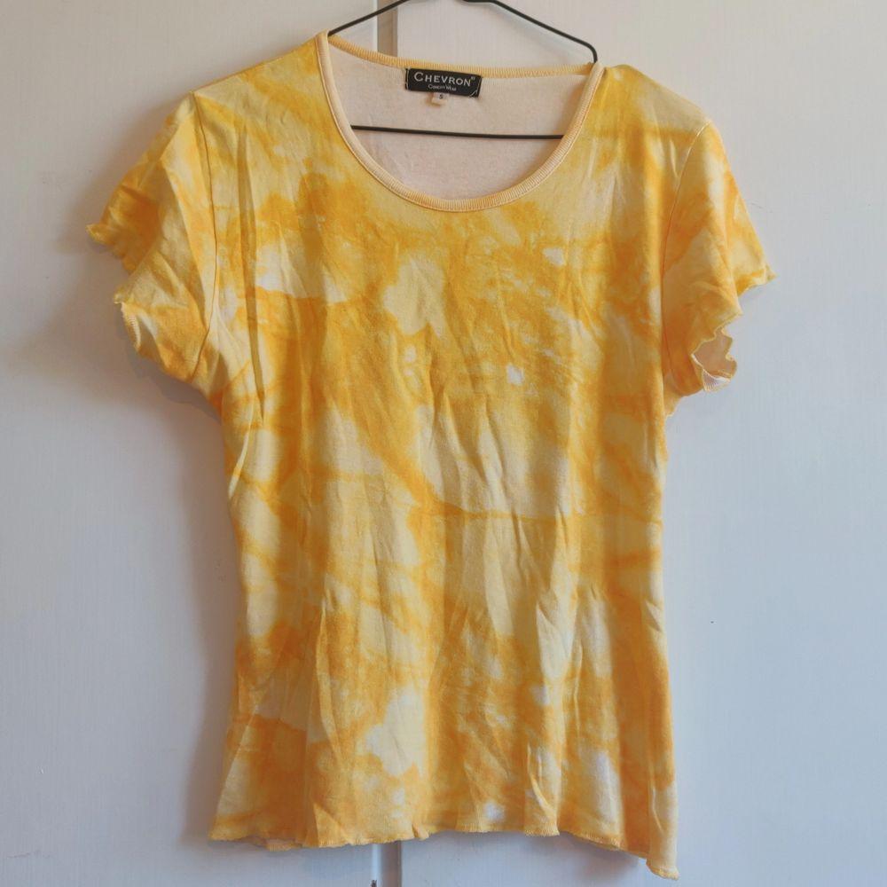 Tiedye t-shirt med volang-detaljer i sömmarna. Köpare står för frakten. ✨. T-shirts.