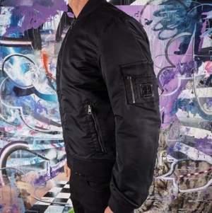 Calvin Klein Bomberjacket, storlek S, använd fåtal gånger (bra skick). Säljer pga passar inte riktigt mig. 500kr