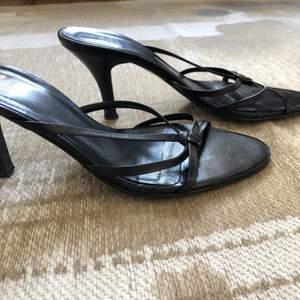 Om du ska ut en kväll med dina kompisar och vill ha ett par bekväma klackskorna är dessa skor perfekta. Personligen tycker jag att klacken är precis lagom lång och bekväm! Eftersom jag har växt ut dessa känner jag att någon annan kan njuta av dem:)