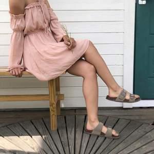 ljusrosa off-shoulder klänning från Nelly gott skick! storlek S och slutar strax ovanför knäna på modellen som är 164 cm.