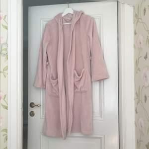 Rosa morgonrock/badrock att ha på morgonen eller efter ett bad