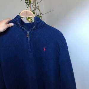 SÄNKT PRIS 30/06 Blå stickad Ralph Lauren tröja, strl Xl sitter snyggt oversized på M. Som ny! Köptes för 300kr🐑🍒