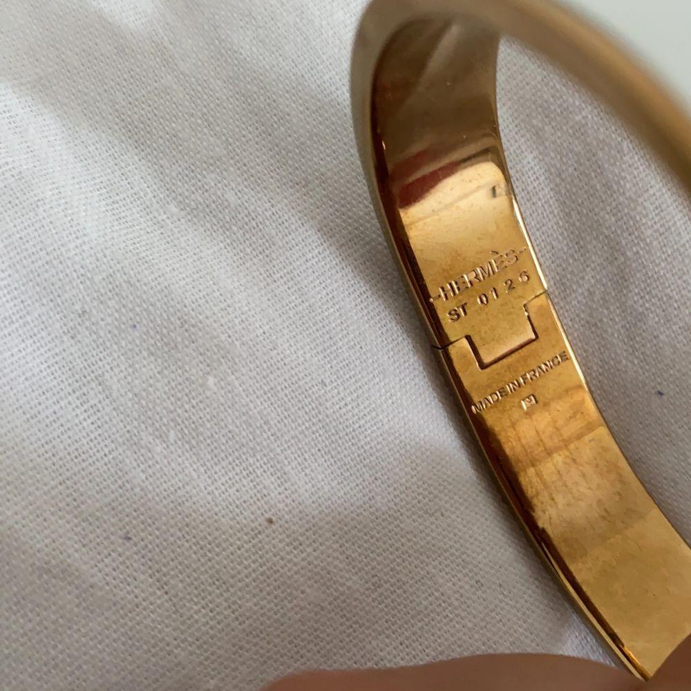 Superfint vitt o gulligt Hermes armband. Priset kan diskuteras vid snabb affär, köparen står för frakt . Accessoarer.