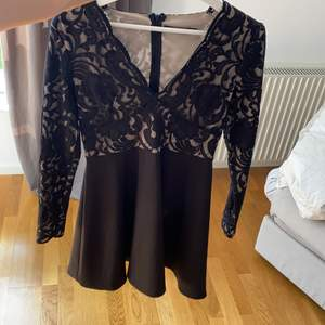 Magiskt fin skaterdress från Wilma och Emil Holmqvist's Hickap. Spets upptill och svart kjol nedtill. Storlek M men jag har alltid M nu och säljer pga att den är för liten.