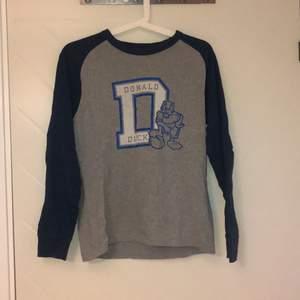 Käck långärmad tröja från Uniqlo, aldrig använd! Snygg på såväl tonår som barn. Tidlös!