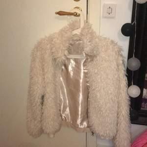 Säljer denna jacka som jag använt max 6 gånger för några år sen men använder den inte längre. Super mysig o skön 🥰 köparen får stå för frakten
