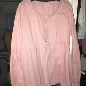 Köpte denna från Gekås och har bara använt den cirka 4 ggr. För er som gillar vintage style kläder, har ni chansen att köpa denna gullig, aesthetic blus för bara 90 med frakten inräknad i priset!!❤️❤️ passa också som L