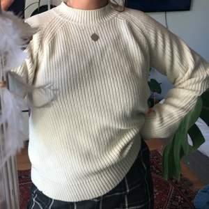 Gräddvit stickad tröja med dragkedja på ryggen från hm - köparen står för frakt🌻