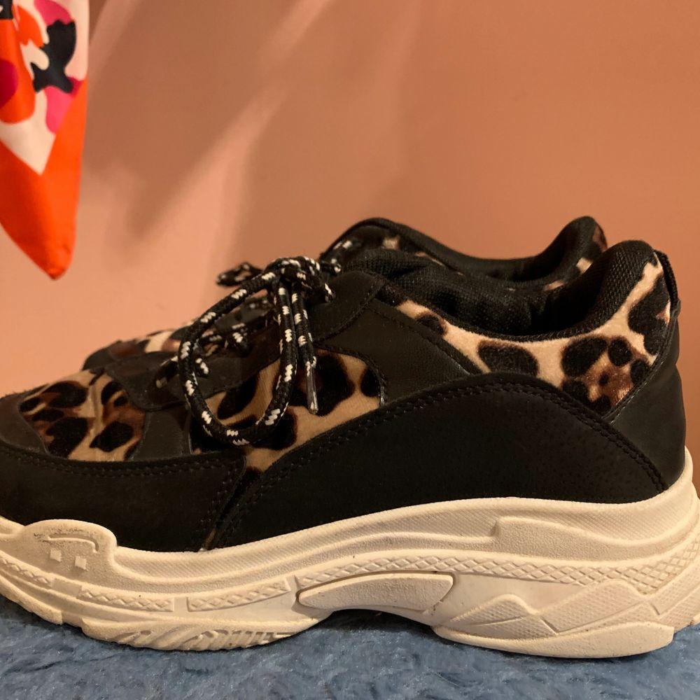 Säljer mina sneakers från Bohoo, de är flitigt använda men mycket bra skick. Priset går att diskuteras vid snabb affär, skriv i chatten för fler bilder! 💕💖 köparen står för frakt!. Skor.