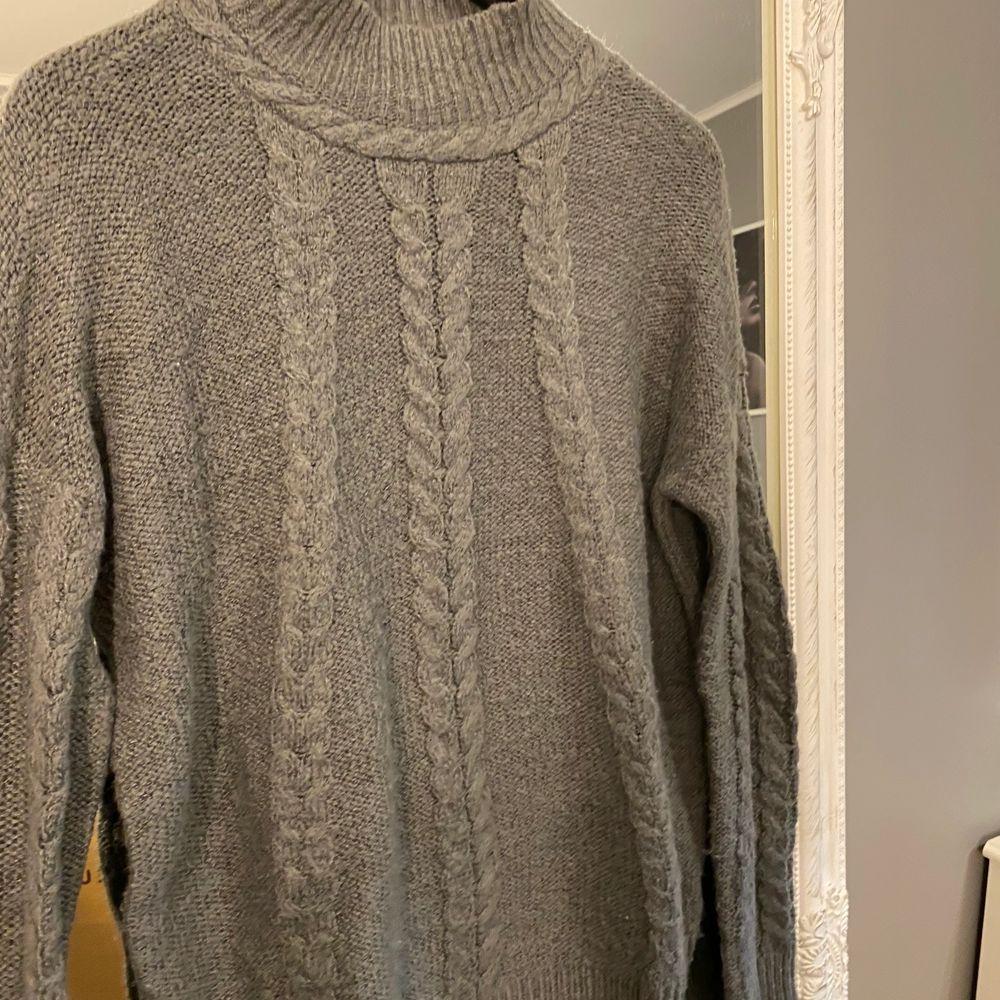 Stickad tröja från vero Moda, storlek M. Inte använd mycket super skön och sticks inte.. Stickat.
