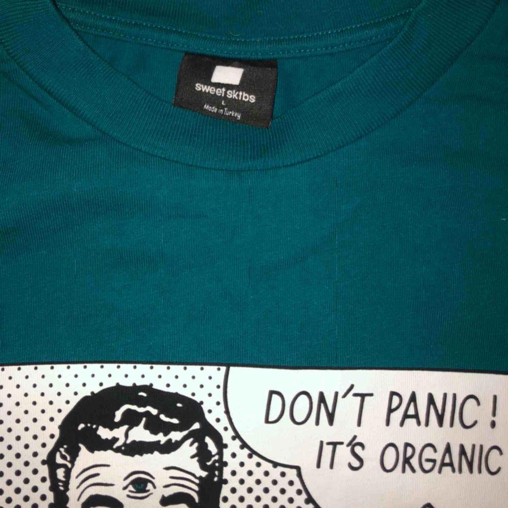 Fet t-shirt från sweet skateboards köpt på junkyard. Nypris: 299kr  Använd ett fåtal gånger (2-3)  . T-shirts.