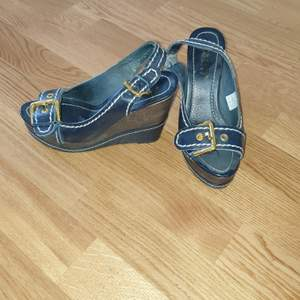 Mörkblå kilklack skor med guld