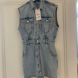 Fin oanvänd jeansklänning från Zara