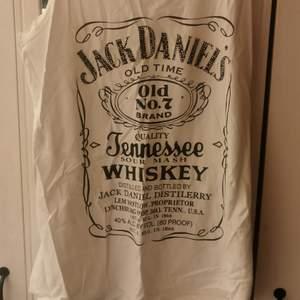 Jack daniels linne med lite strass på. Storlek xl men mer som en medium/large.