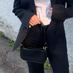 Knappt använt, köpt ifrån asos för längesen! Väskan är i väldigt bra skick och piffar lätt upp en outfit 💕 Köparen står för frakt