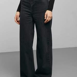 Skitsnygga vida jeans med hög midja från weekday, använda ca 7 ggr så i jättebra skick!! svart/grå färg