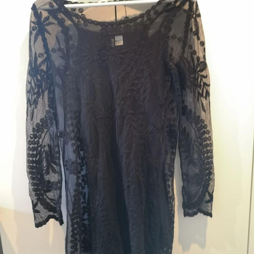 En mesh klänning från H&M i storlek XS. Superfin till festliga tillfällen ;) . Klänningar.