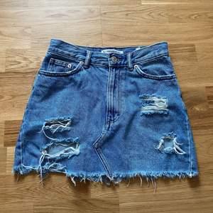 Nu säljer jag den haär somriga jeanskjolen från pull and bear. Det är silverdetaljer. Materialet är inte stretchigt. Fickor fram och bak. 50kr plus frakt. Tvättas såklart innan den skickas.