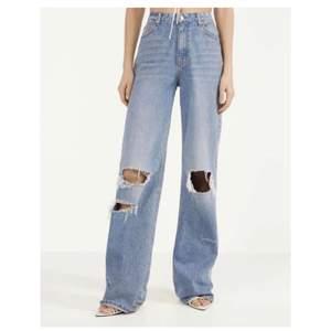 ett par jeans från bershka som aldrig är använda utan endast är provade. De är uppsydda hos skräddare några centimeter då de är väldig långa ( är själv 166 och passar finfint nu). Har bara legat i garderoben.  Helt slutsålda på hemsidan!