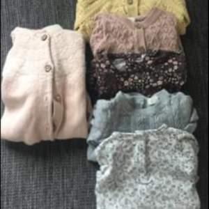 Fint paket baby kläder i storlek 62/68 blandat . Det är liksom som säljs i detta paket . Skickas mot fraktkostnad.