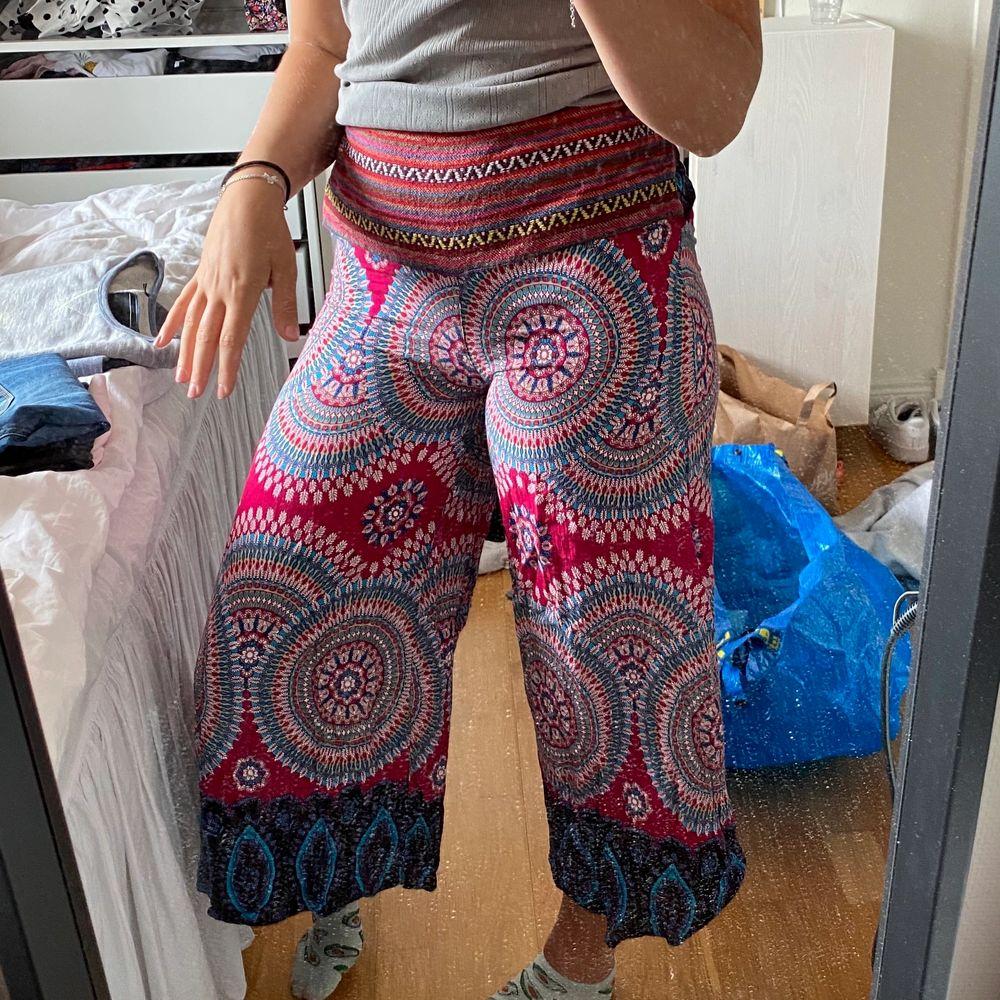 Skitcoola byxor jag köpte i Thailand för något år sen, var lite för korta för mig dock som har långa ben ❤️ 50kr + frakt . Jeans & Byxor.