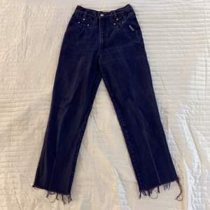 Högmidjade lila jeans från Roughrider i strl S. Jag är 167 cm lång och längden är perfekt! Byxorna är i fint skick och har fina silverknappar som detaljer.