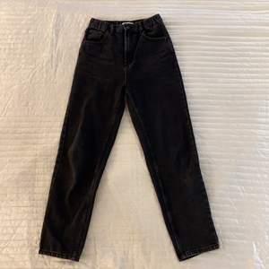 Svarta jeans från Pull&Bear i strl 34. Använda 1 gång och säljes pga fel storlek. Är 167 cm lång och jeansen passar min längd.