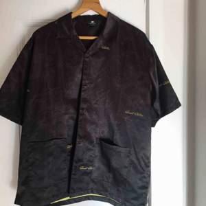 Glansig skjorta från Sweet Sktbs🤎 Oanvänd.  Färg: Mörkbrun (limegrön insida)  Lite frakt tillkommer!