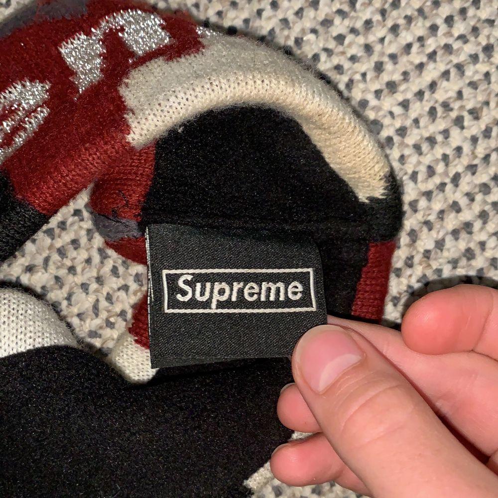 Reflective Supreme headband från FW17 droppet på Supremes hemsida, hyfsat skick, säljer för en steal. Hör av dig för frågor och fler bilder BUD:350 BIN:450 Du står för frakten ifall det ska skickas!!. Accessoarer.
