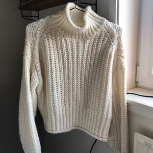 Vit stickad tröja från H&M. Storlek XS. Frakt tillkommer 🤍 Se sista bilden för hur den ser ut på (annan färg men likadan tröja).