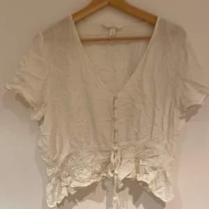 Söt vit plus i fint mönster!! Blusen är från HM i storlek 46🤍🤍40kr