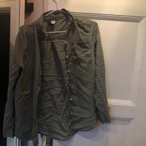 Militärgrön blus/ skjorta från hm🌼