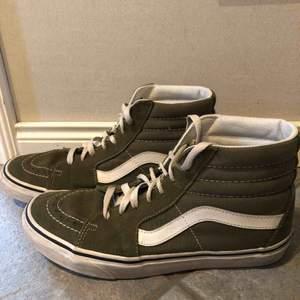 Olivgröna skor från vans. Köpta på junkyard. Man ser att dom är använda men är ändå i fint skick.  Frakt 60kr