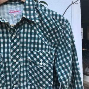 Jättefin grön rutig skjorta, relativt figursydd.