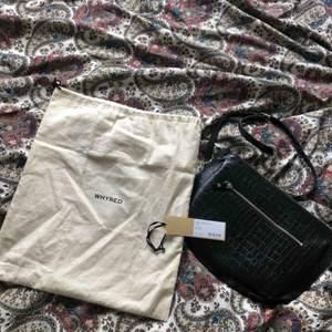 Väska: Ona Whyred. Nypris 2000 kr. Säljer för 400 kr.  Finns i Stockholm alt. skickas på posten då frakt tillkommer i priset.