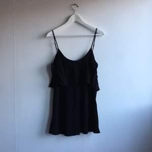 Klänning med volanger och u-ringad rygg