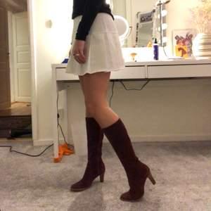 Så sjukt najs vinröd färg och sitter så fint runt benet!! Perfekt klack och så sköna att gå i!!
