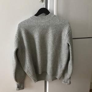 Så himla fin grå stickad tröja från HM! Lite nopprig men absolut inget man tänker på. Så skön!