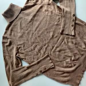 Simpel och läcker höst tröja från ZARA. Jätteskönt och stretchigt material! Storlek S! Skickar gärna, frakt tillkommer!❤️❤️