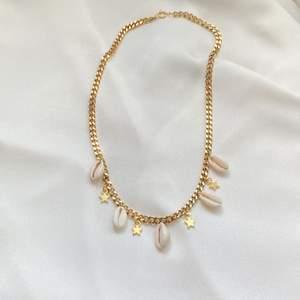 Halsband med snäckor och berlocker i guldfärg 🐚✨ Superfin kedja tillverkad i rostfritt stål. Se mer på insta: moon.jwlry 🌙
